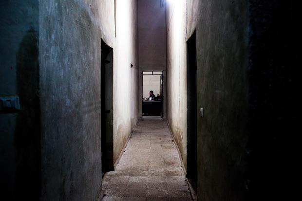 Ein Gefängniswärter im Untergeschoss des Gerichtsgebäudes von Aleppo (Foto: Redux/laif)