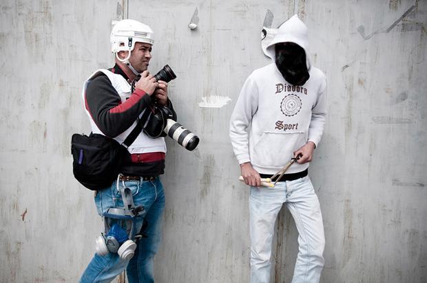 Pressefotograf und Straßenkämpfer – mancherorts ein eingespieltes Team  (Foto: Ruben Salvadori)