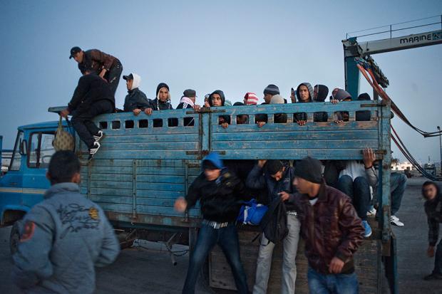 Auf dem Weg zur tunesischen Küste: Für ein Fahruzeug mit 15-20 Flüchtlingen zahlen die Schleuser an Militärstützpunkten etwa 100 Dollar Schmiergeld.