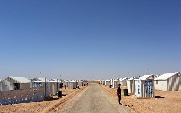 Über 20.000 Flüchtlinge wohnen unweit der jordanisch-syrischen in einem Camp aus weißen Wellblechcontainern (Sascha Montag)
