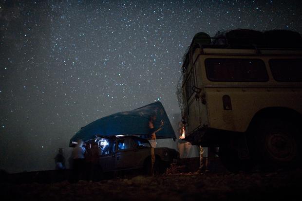 """Das Boot wird auf einen Geländewagen geladen und zum Strand gebracht (Foto: Joël van Houdt, Serie """"Entering Europe"""")"""