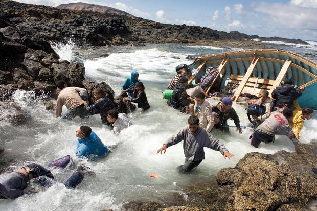 "Ankunft der Flüchtlinge in Europa (Foto: Joël van Houdt, Serie ""Entering Europe"")"