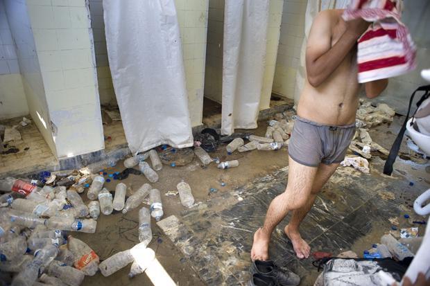Unhygienische Zustände: Dusche für Flüchtlinge in Mytilini auf der Insel Lesbos, Juli 2015 (Foto: Hollandse Hoogte/laif)
