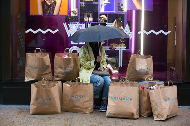 Bulimischer Konsum? Die Primark-Tüte wird dafür gern als Symbol genommen (Foto: Jason Alden/Bloomberg)