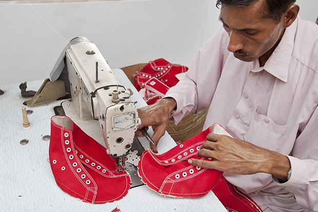 Sozialer Schuh: Produktion der Karma Chakhs in Pakistan (Foto: Kathrin Harms/laif)