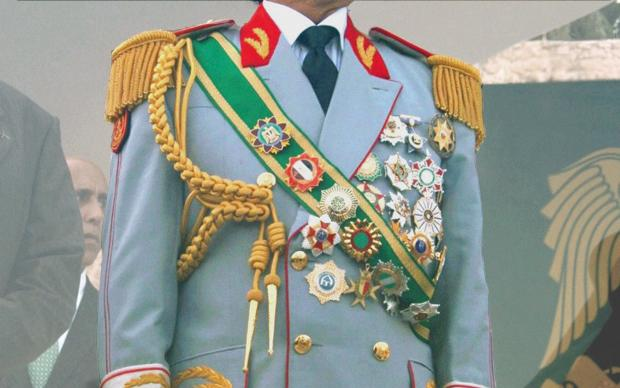Orden, so weit das Auge reicht: eine Uniform von Muammar al-Gaddafi (Foto: picture-alliance)