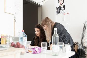 Caroline Rohner und Inna Stein (v.l.) lernten sich an der Kunsthochschule Weißensee kennen, jetzt teilen sie sich ein Atelier (Jonas Feige )