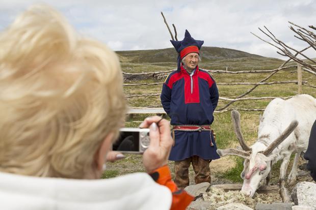 Jede Region hat ihren eigenen Stil: Ein Profi erkennt also sofort, dass diese Tracht nicht aus Finnland, sondern aus Norwegen kommt (Foto: Gerald Haene/laif)