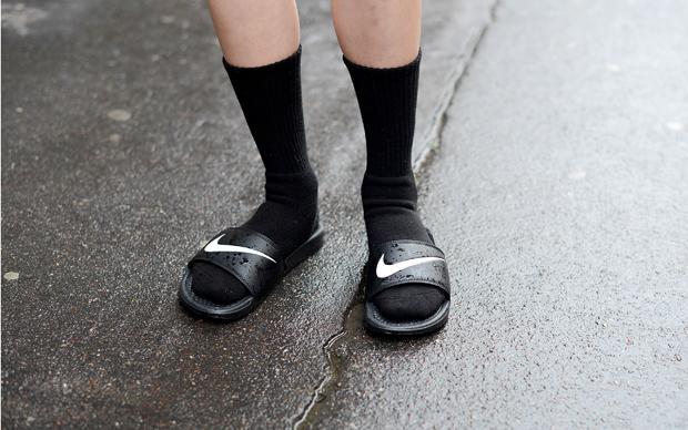 Da muss man jetzt auch als erfahrener Trendscout stark sein: Socken in Badelatschen gehen wieder (Foto: Vanni Bassetti)