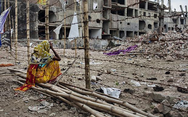 Drei Monate nach dem Unglück wartet eine Mutter immer noch darauf, dass ihre Tochter aus den Trümmern geborgen wird (Foto: Taslima Akhter)