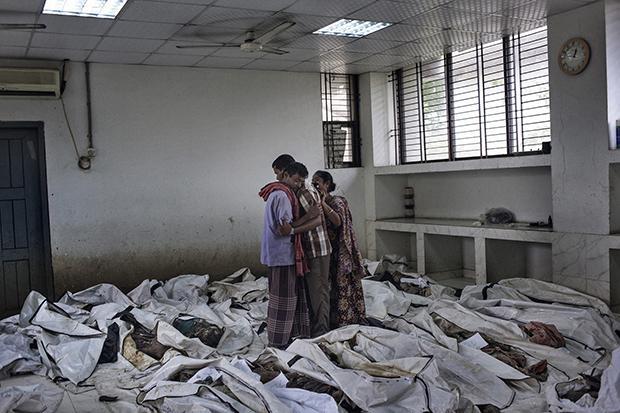 Zwölf Tage später: Diese Eltern haben soeben die Leiche ihrer Tochter entdeckt (Foto: Taslima Akhter)