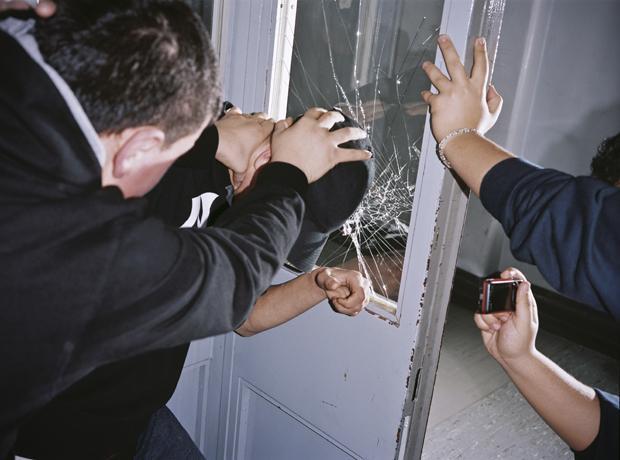 Mehr als nur Pöbelei: Beim Mobbing kommt es nicht selten zu körperlichen Angriffen (Foto: Julian Röder/OSTKREUZ)