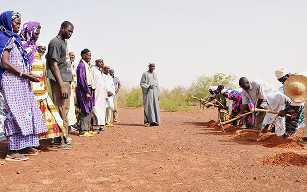 So wird's gemacht: Bei Yacoubo lernen andere Landwirte, wie man Zaï praktiziert (Foto: Andrea Jeska)