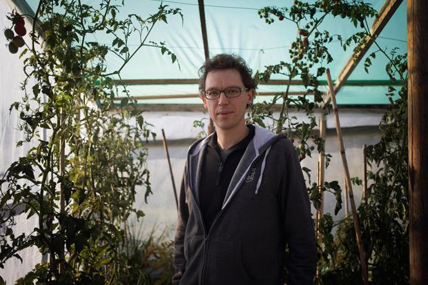 """Mitverwalter des Salatbauanarchismus: Sebastian Schoppnies im """"opflanzt is!"""" (Foto: Verena Kathrein)"""
