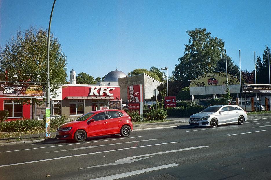 Autohäuser, Tankstellen und Fastfood-Ketten. Nichts ist langweiliger als Autobahnzubringer. In Berlin Heinersdorf gibt es jetzt wenigstens im Hintergrund mal einen neuen Blickpunkt.