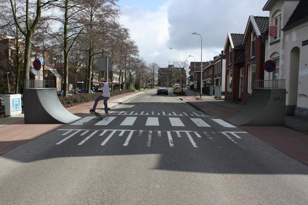 """Weniger Regeln erhöhen die Aufmerksamkeit und Rücksicht der Verkehrsteilnehmer, jedenfalls laut der Planungsphilosophie """"Shared Space"""". Allerdings gilt auch beim Kickflip rechts vor links. (Foto: Robert Rickhoff)"""