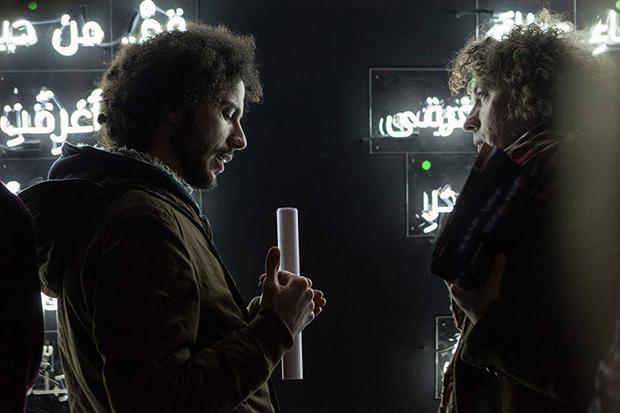 """Für die Veranstaltung """"Turn The Lights Back On"""" wurde Ramys Gedicht """"SYGNS"""" in Neonschrift produziert. Die einzelnen Worte wurden verkauft und der Erlös an die Organisation """"Save The Children"""" gespendet, die Kindern in Syrien hilft. (Foto: privat)"""
