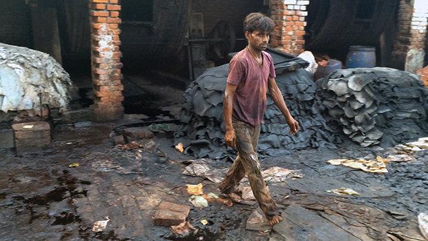 Die wirkliche Sauerei sieht man nicht. Weil beim Gerben von Leder, wie hier in Nordindien, so viele Schadstoffe ins Wasser gelangen, häufen sich die Fälle von Gelbsucht, Haut- und Leberkrankheiten dramatisch.