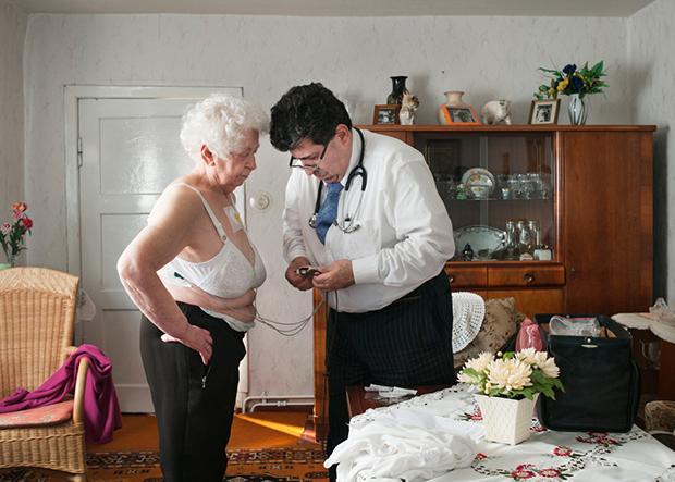 Amin Ballouz, der Arzt, dem die Frauen vertrauen. Und auch die Männer. Gerade die Älteren schätzen den Doktor als Gesprächspartner. Irgendwie verbindet es sie, dass Ballouz auch einen Krieg erlebt hat (Jonas Ludwig Walter)