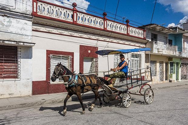 """Altmodische Kutschen sieht man öfter auf den Straßen Kubas, so wie hier in Sancti Spíritus: """"Das ist die einfachste und schnellste Art, hier Geld zu verdienen."""" (Foto: Sebastian Liste/NOOR/laif)"""