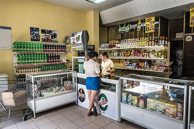Dinge, die nicht zum Grundbedarf zählen, kann man auf Kuba oft nur mit dem Peso Convertible kaufen. Dafür gibt es Spezialläden wie diesen in Sancti Spíritus. (Foto: Sebastian Liste/NOOR/laif)