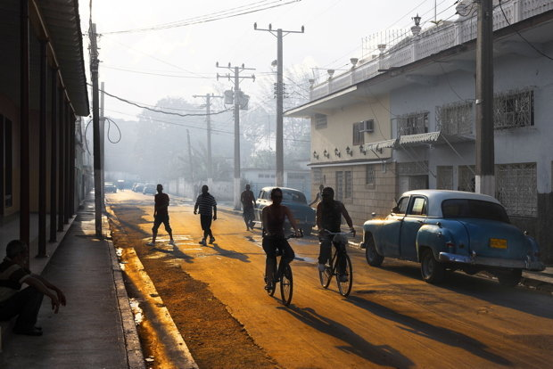 Wie am Set eines Films, der vor etlichen Jahrzehnten spielt: Straße in Morón. (Foto: Arnaud Spani/hemis.fr/laif)