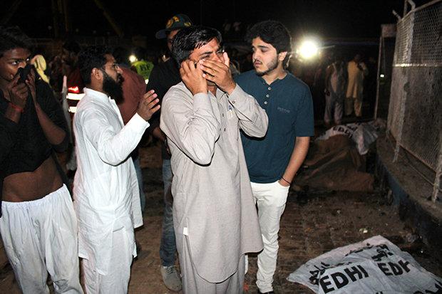 Inmitten von feiernden Familien in der Nähe eines Spielplatzes hatte sich ein Taliban-Kämpfer am Ostersonntag in einem Park in Lahore in die Luft gesprengt. Unter den 72 Getöteten waren 35 Kinder (Foto: Yannis Kontos/Polaris/laif)