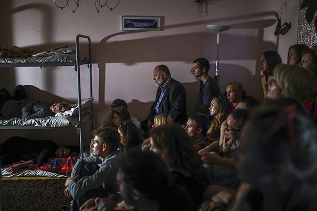 Ziemlich Underground, dieses Theater: Aus Angst vor Repressionen des Staates sind die Stücke des Belarus Free Theatre nur in privaten Wohnungen zu sehen, die von Mittelsmännern angemietet werden. (Foto: Siarhei Hudzilin/NYT/Redux/laif)