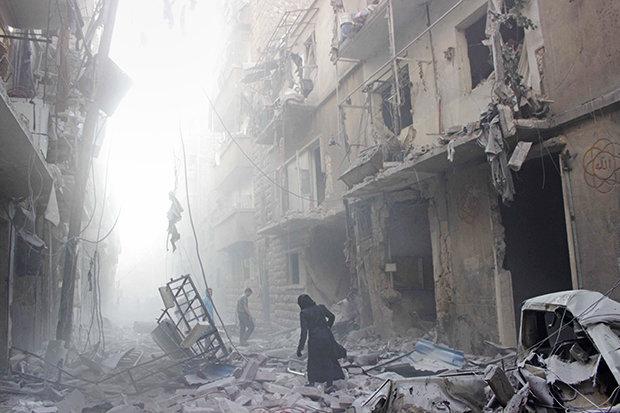 Flüchtlinge aus Kriegs- und Krisengebieten haben oft schreckliche Bilder im Kopf, die sie nicht loslassen. Diese Szenerie zeigt eine Straße im syrischen Aleppo, direkt nach einem Bombardement (Foto: Karam Al-Masri / AFP / Getty Images)