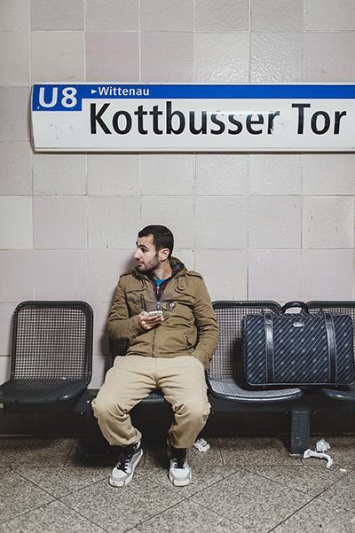 Unsere Bilder zeigen die Geschichte eines anderen Mannes: Ajad Mohammed, 28 Jahre, den es nur 100 Tage in Deutschland hielt. Dann hat er sich in einem Berliner Reisebüro, das auf Kurdistan spezialisiert ist, sein Rückflugticket besorgt (Foto: Fabian Weiss)