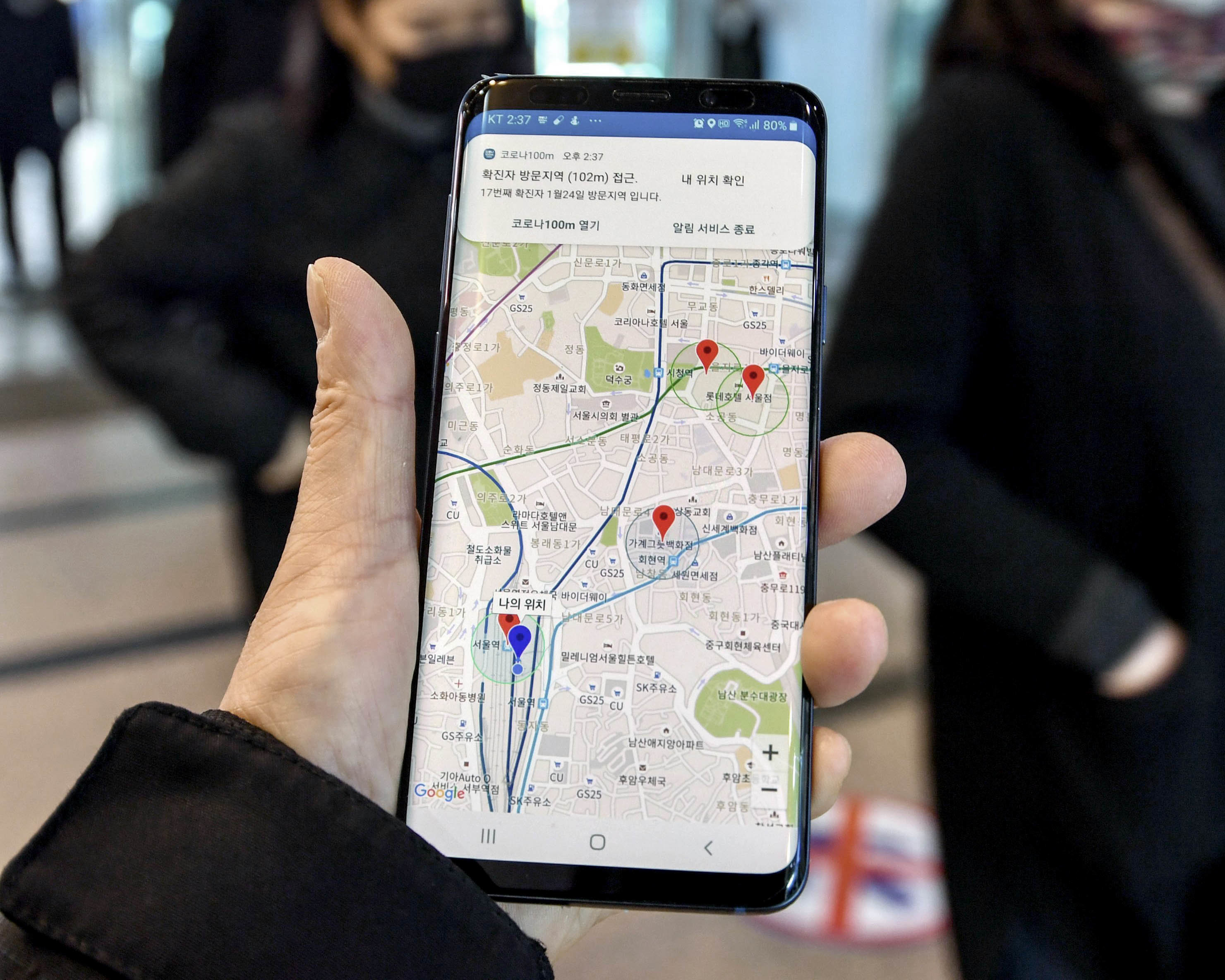 Smartphone mit Corona-Warn-App in Südkorea