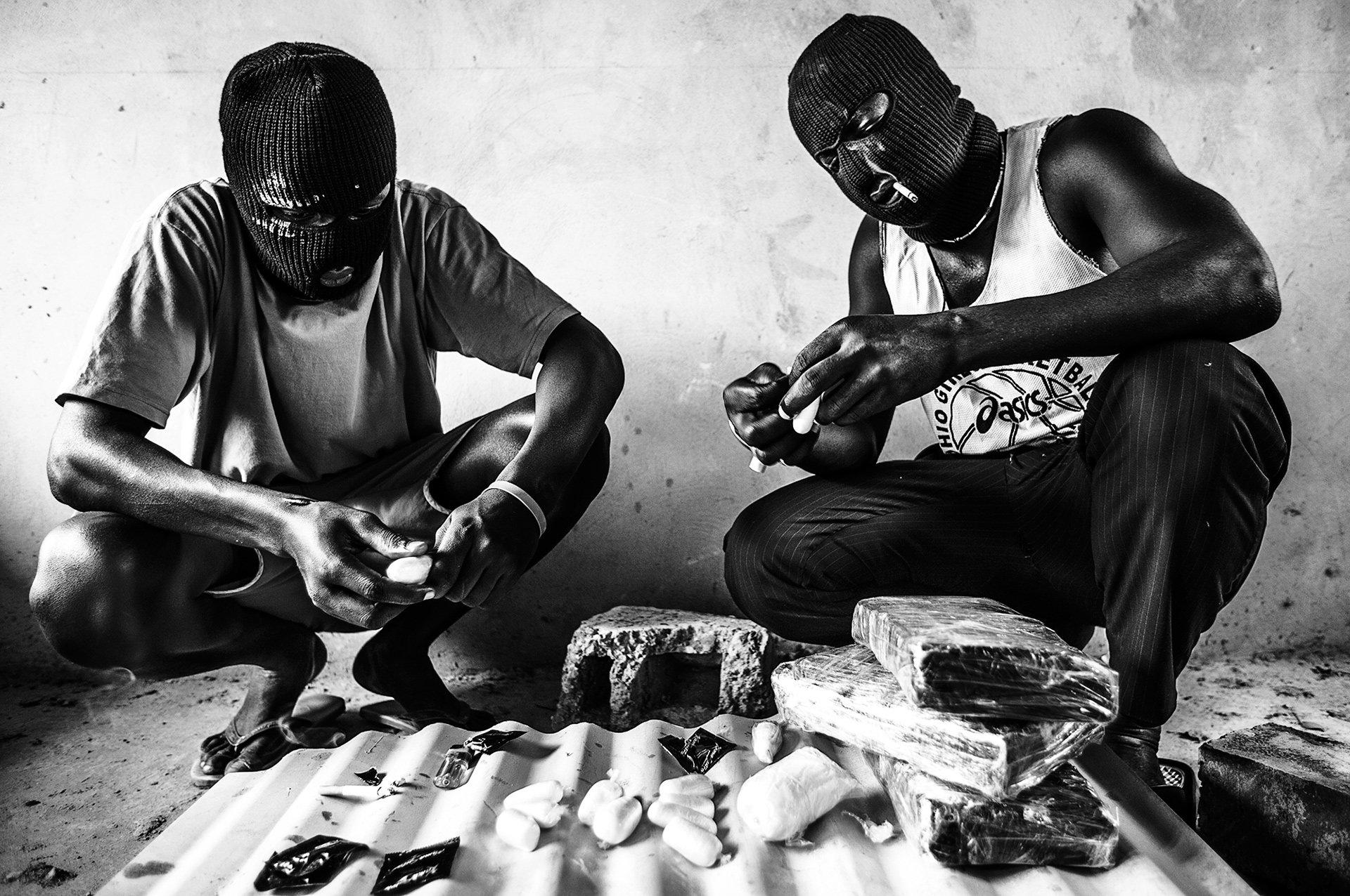 Nigerianische Schmuggler präparieren Kokain für den Transport (Foto: Marco Vernaschi)