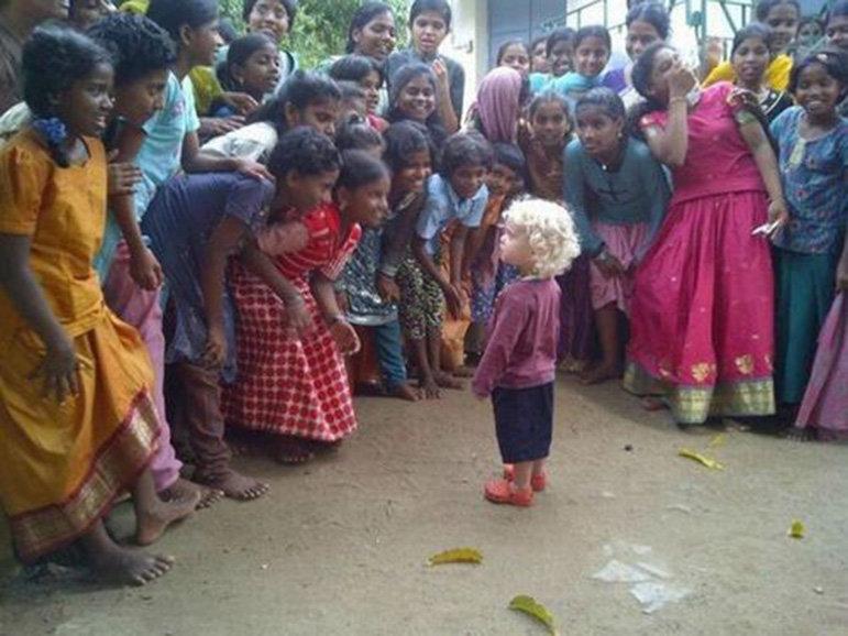Blondes Kind in Indien (Foto: Twitter)