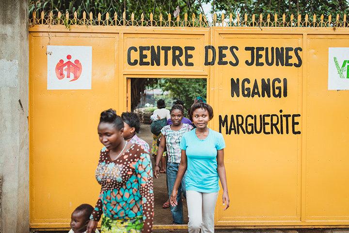 Frauen verlassen die Maison Marguerite, einer Einrichtung der Don Bosco Mission in der ostkongolesischen Stadt Goma, um zur Kirche zu gehen