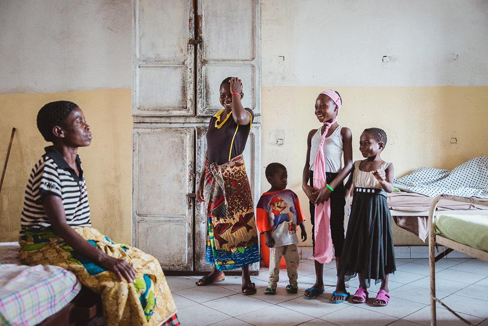 Mutter mit Kindern in der HEAL AFRICA Klinik
