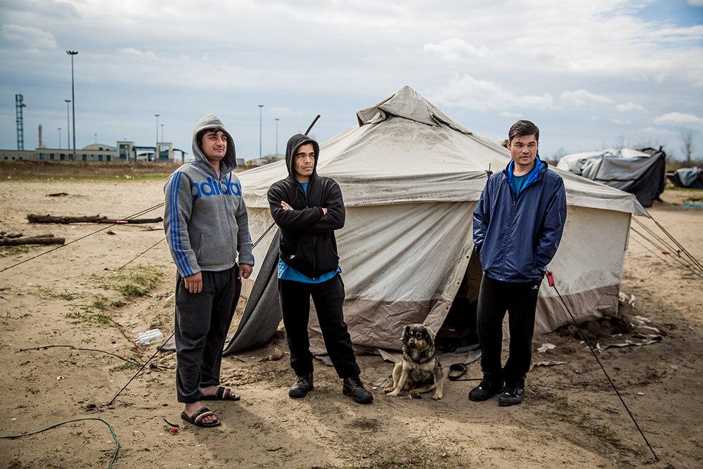 Drei junge Flüchtlinge in Ungarn
