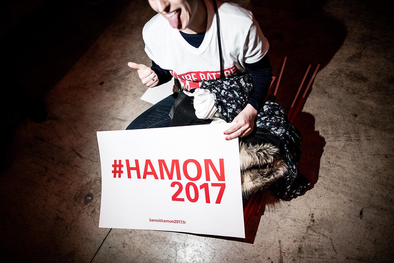 Anhänger des französischen Präsidentschaftskandidaten Benoit Hamon mit Plakat (Foto: RGA/REA/laif)