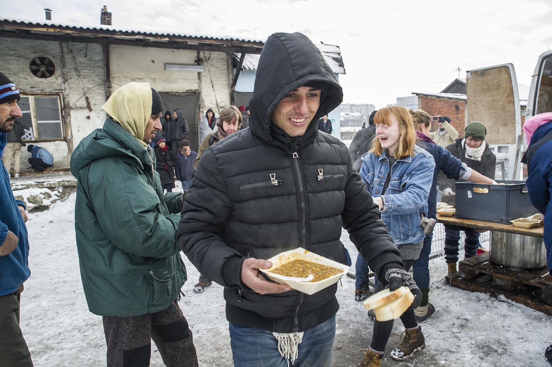Flüchtlinge bei der Essensausgabe (Foto: Josep Vecino/picture-alliance/AA)