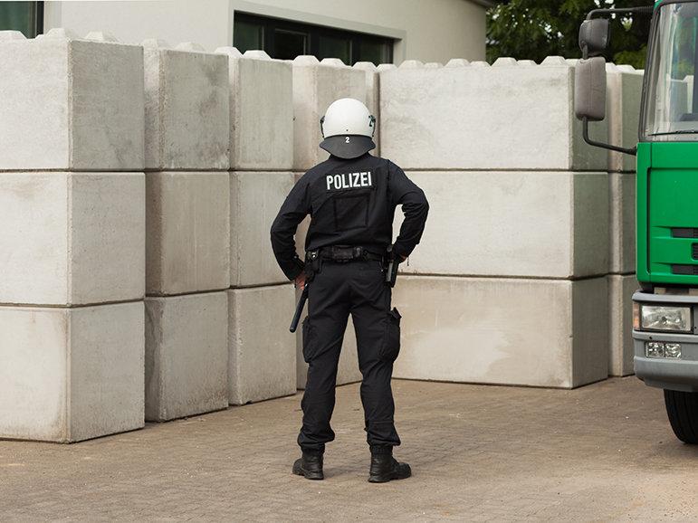 Polizist von hinten