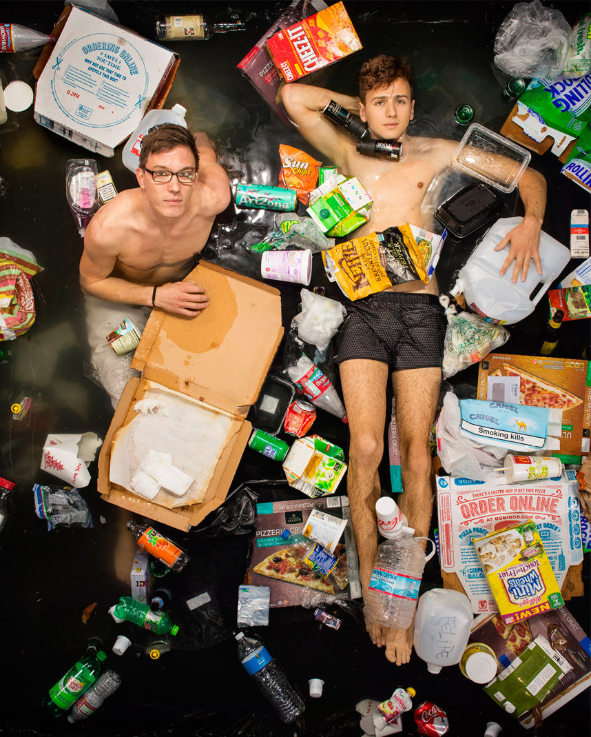 Zwei Jungs baden in Müll (Foto: Gregg Segal)