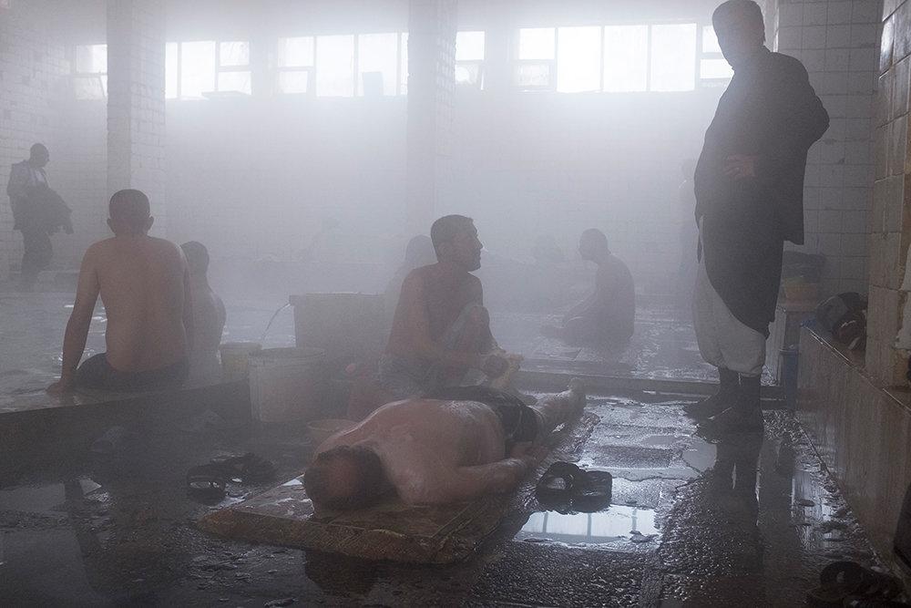 Männer liegen im Hammam