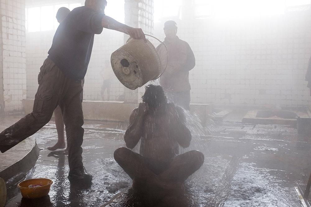 Ein Mann wird mit Wasser übergossen