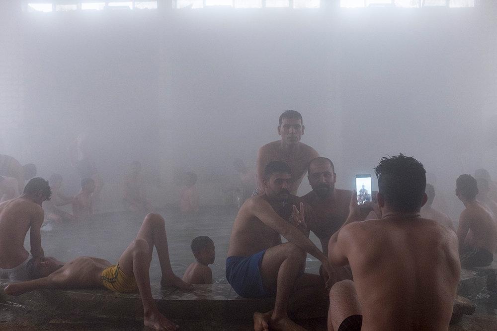 Männer baden im Hammam Al Alil