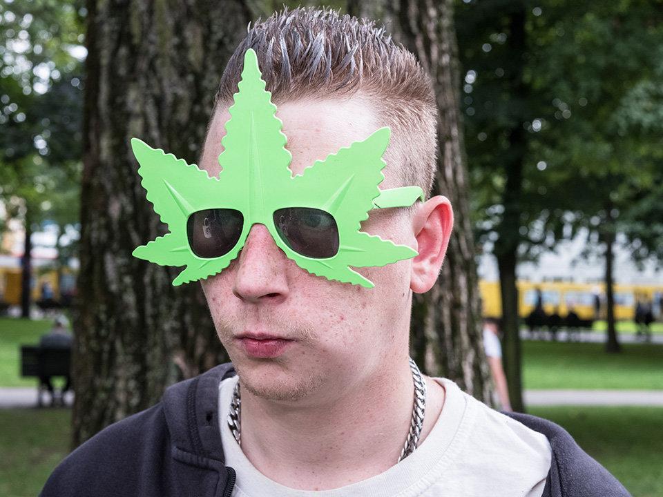 Ein Mann mit Cannabisbrille auf der Hanfparade