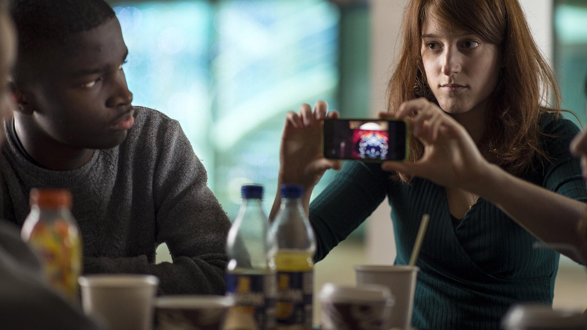 Protagonistin Melanie zeigt ein Video auf ihrem Smartphone (Foto: Neue Visionen Filmverleih)