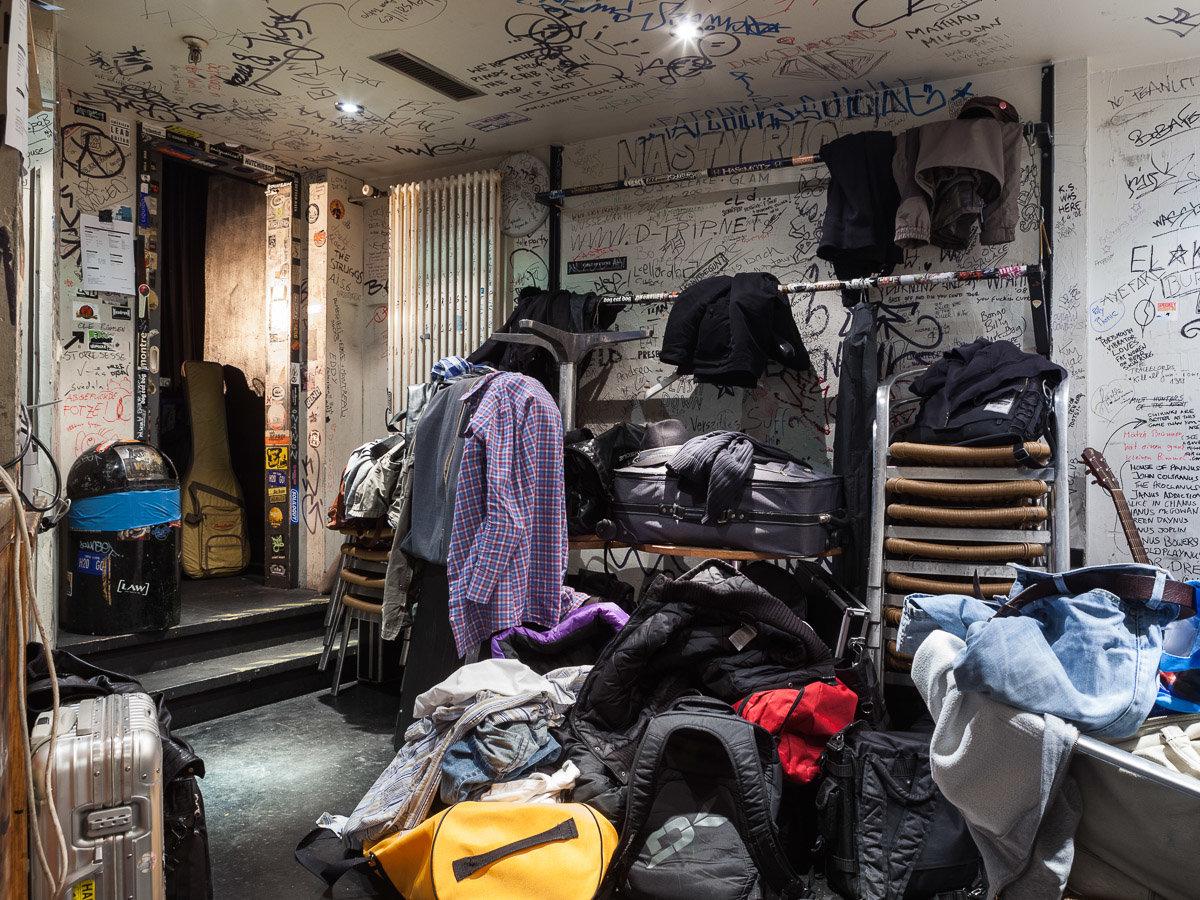 Ein Backstageraum voller Klamotten