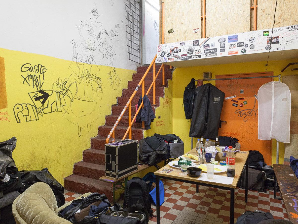 Ein siffiger Backstageraum