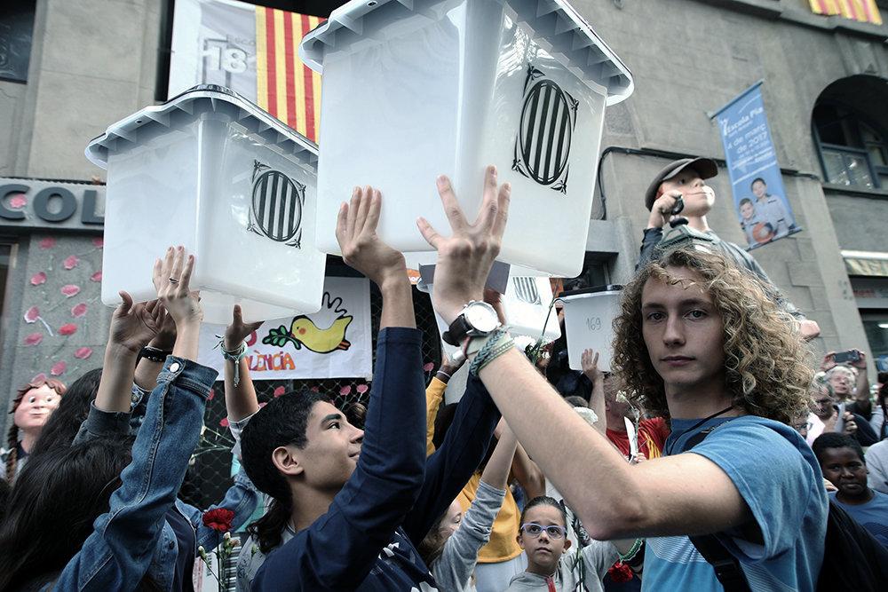 Jugendliche mit Wahlurnen (Foto: JRALF/robertharding/laif)