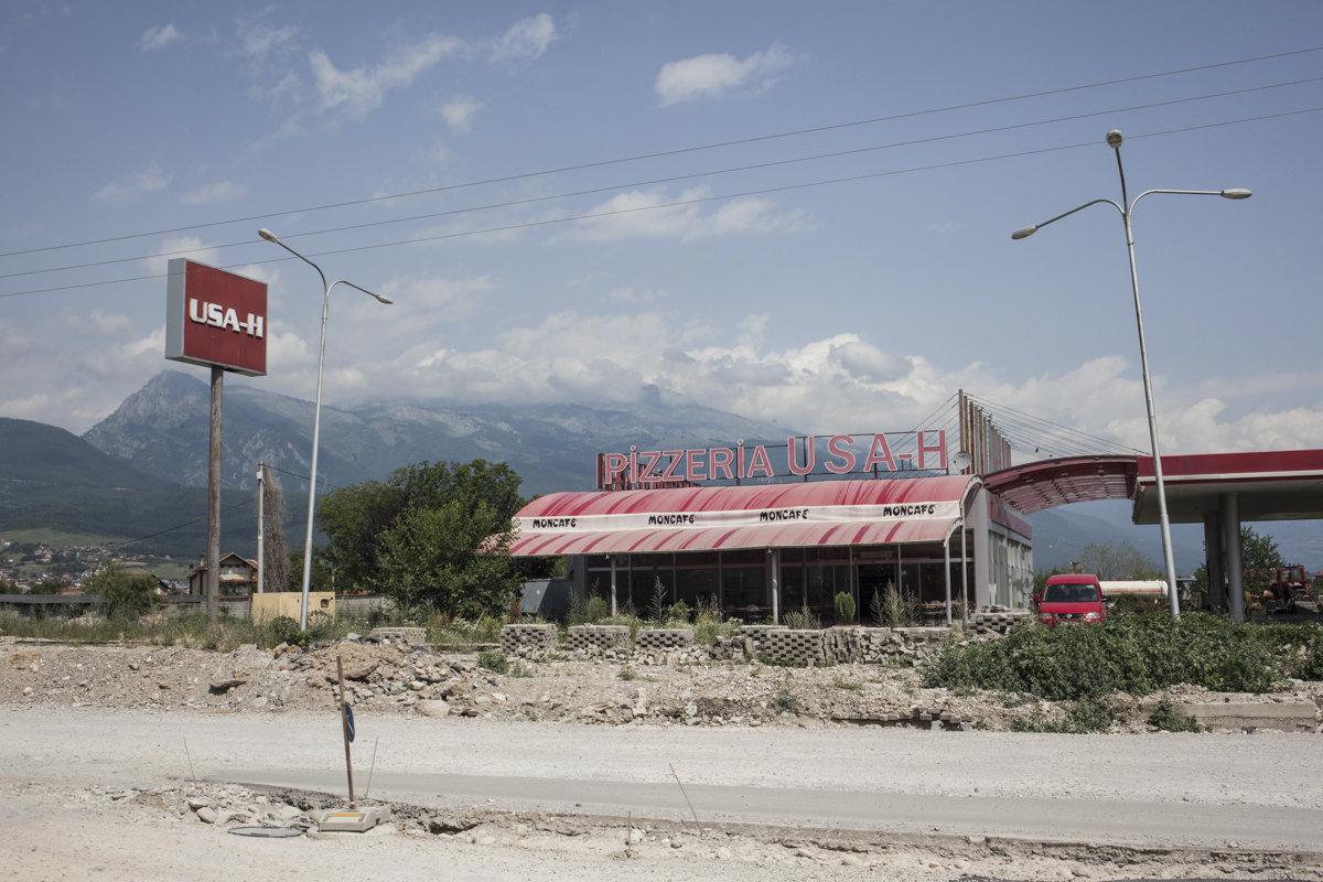Eine Pizzeria und eine Tankstelle in steppen-ähnlicher Landschaft