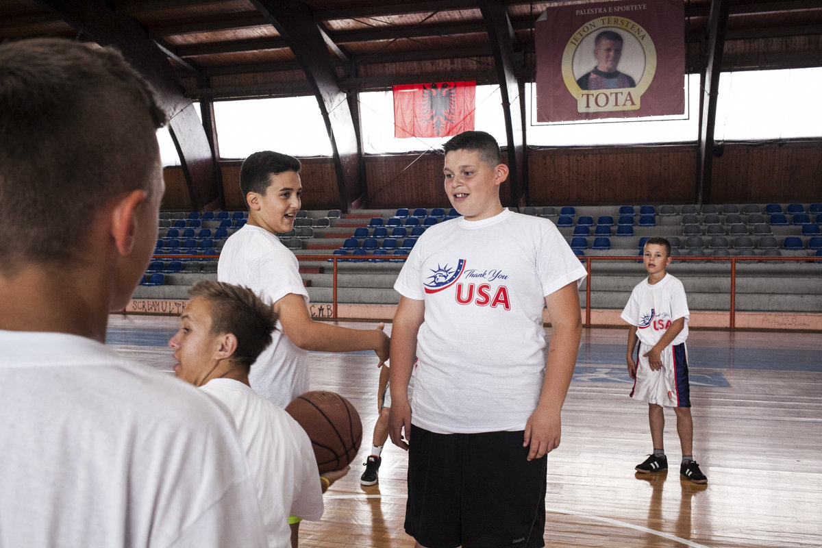 Kinder in USA-Shirts auf einem Basketball-Platz